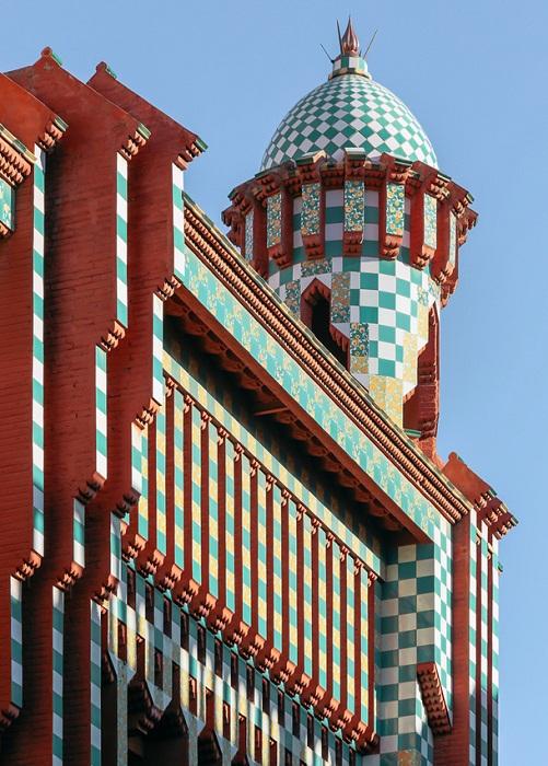 Купола как на мечетях лишь подчеркивают стиль мудехар (Casa Vicens).